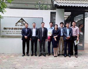 Tập thể CBCNV ATV Việt Nam chụp ảnh lưu niệm cùng đại diện Ban lãnh đạo Khoa Kỹ thuật địa chất và Dầu khí thuộc Đại học Quốc gia TP HCM
